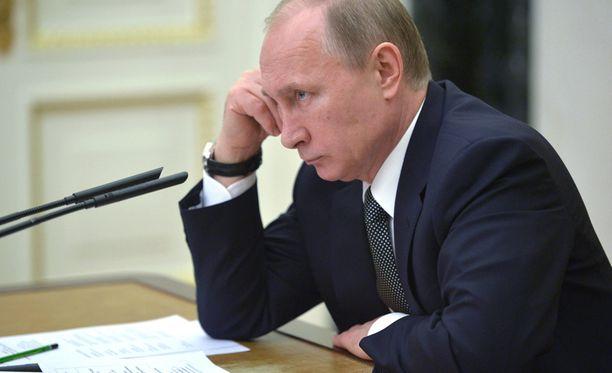 Putin seurasi keskiviikkona tuimana hallituksen kokousta, jossa käsiteltiin Venäjän talouskasvua.