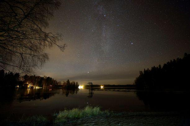 Meteorien havaitseminen on sitä helpompaa, mitä pimeämpi taivas on. Kuvituskuva.