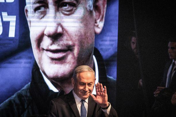 Likudin johtaja Benjamin Netanjahu taustelee poliittisesta tulevaisuudestaan.