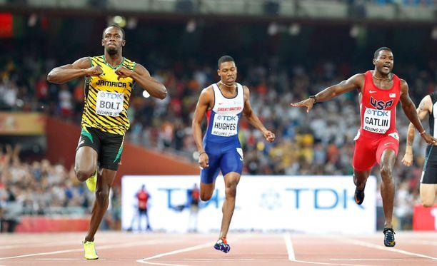 Usain Bolt tuuletteli rajusti ennen kuin oli maalissa. Justin Gatlin jäi kakkoseksi.