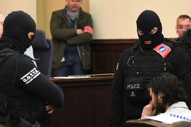 Kaksi terrorisminvastaisen erikoisyksikön poliisia valvoi Abdeslamia oikeustalolla Brysselissä maanantaina. Mies itse kielsi hänen kuvaamisensa, joten kuvatoimistot joutuvat lain mukaan sensuroimaan hänen kasvonsa.