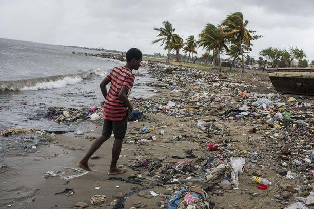 Irma nostatti tulvia saarivaltio Haitilla jo torstaina ennen rantautumistaan saarelle. Veden mukana rannoille tuli paljon jätettä. Irma tavoitti Haitin varhain perjantaiaamuna.