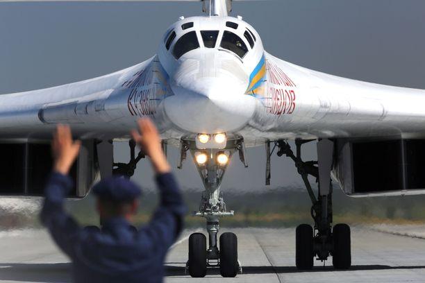 Venäjä lähetti kaksi kääntyväsiipistä Tupolev TU-160 yliäänipommittajaa tukemaan Venezuelaa.