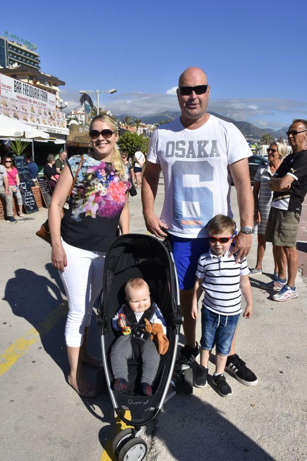 Yksi huutokaupan pienimmistä vieraista oli oululainen 7 kuukauden ikäinen Kasper, joka saapui paikalle isoveljensä Erikin, 3, ja äitinsä Elina Keinäsen sekä isänsä Kimmo Lotvosen kanssa. Kolmeksi viikoksi Espanjaan saapunut perhe on seurannut Palsanmäkien ohjelmaa ja iloitsi siitä, että sarjan kuvaukset osuivat heidän loma-ajalleen.
