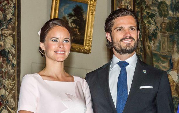 Erityisesti Carl Philipin sisar, prinsessa Madeleine, oli suhdetta vastaan. Madeleine oli Carl Philipin entisen naisystävän, Emma Pernaldin, hyvä ystävä.