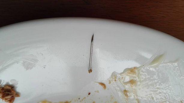 Lihan sekaan joutunut neulan katkennut pää oli varsin kookas.
