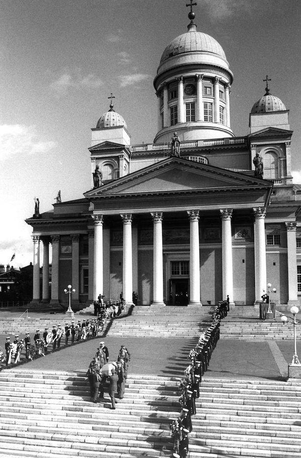Kahdeksan kenraaliluutnanttia kantoi presidentin arkun Tuomiokirkon portaita alas ja kulki surusaatossa ruumisauton rinnalla Hietaniemen hautausmaalle.