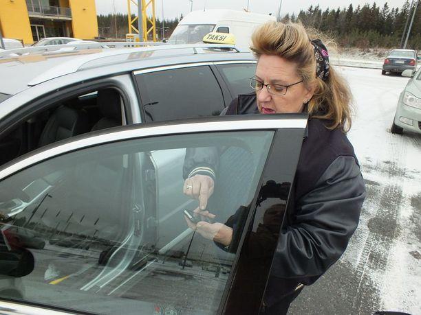 Kirsi Johanssonin mukaan Vilppulasta löytyy vielä sairaskyytiläisiä, jotka boikotoivat kelakeskusta ja soittavat tutun kuljettajan naapurista. Näin siitäkin huolimatta, että joutuvat siitä hyvästä maksamaan tuplaomavastuun eli 100 euroa per reissu.