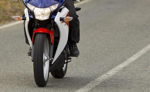 Moottoripyöräilijä toimitettiin sairaalaan jatkohoitoon. Kuvituskuva.