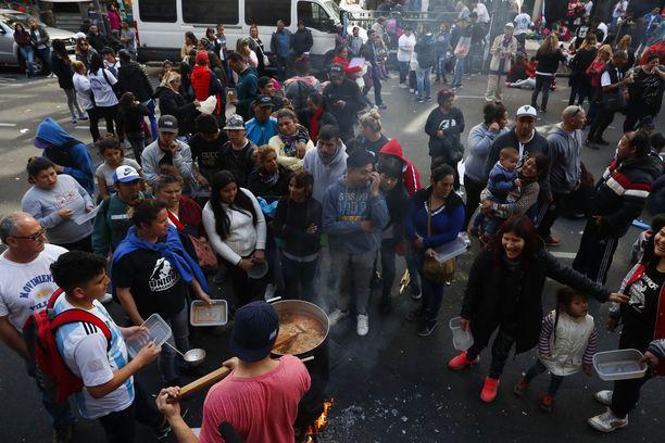 Sadat ihmiset osallistuivat operaatioon, jossa ruokittiin köyhiä talouskriisin riivaamassa Argentiinassa syyskuussa.