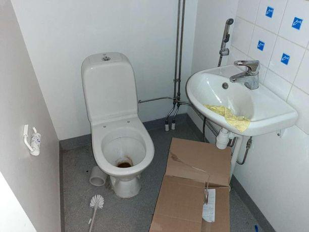 Asunnon vessa oli kuvottavassa kunnossa.