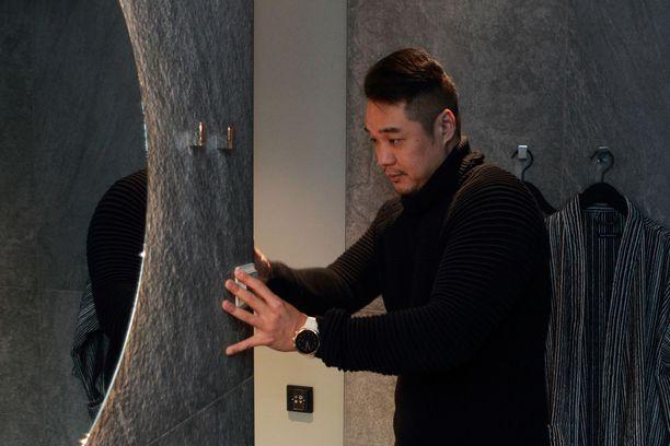 Feng Liu tarkistelee vielä viimeisiä yksityiskohtia. Sähkökytkimen voisi asentaa paremmin.
