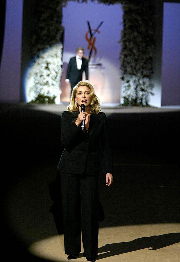 Saint Laurentin pitkäaikainen muusa ja ystävä Catherine Deneuve suunnittelijan viimeisessä näytöksessä.