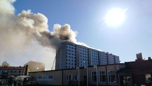 Palo näyttää saaneen alkunsa ullakkokerroksesta.