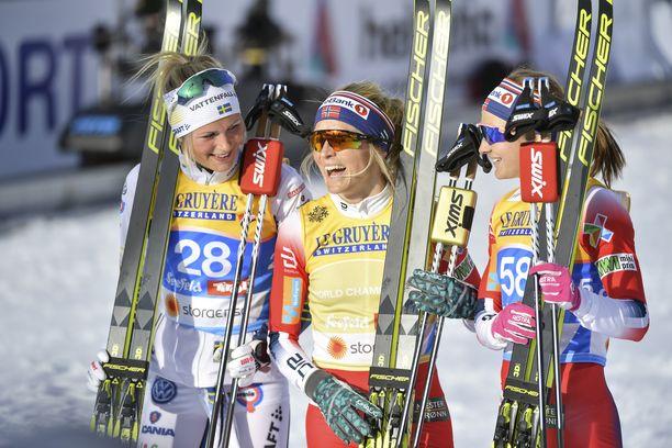 Frida Karlsson (vas.), Therese Johaug ja Ingvild Östberg muodostivat tiistain mitalikolmikon Seefeldissä.