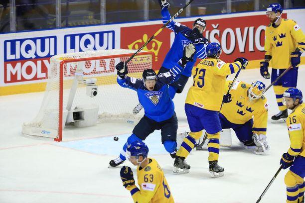 Ruotsin kapteeni Oliver Ekman-Larsson (numero 23) katsoi läheltä 3-3-tasoitusmaalin.