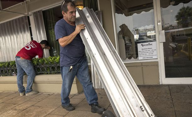 Floridassa rakennusten ikkunoita on suojattu muun muassa paneelisuojien ja vanerilevyjen avulla.