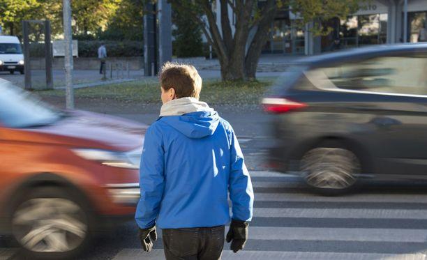 Suojatien eteen pysähtynyttä autoa ei saa ohittaa pysähtymättä. Kuva ei liity tapaukseen.