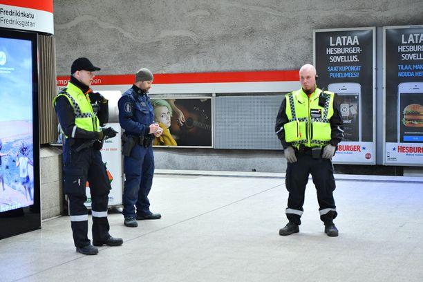 Metroasemalta ei ole löytynyt mitään pommiin viittaavaa.