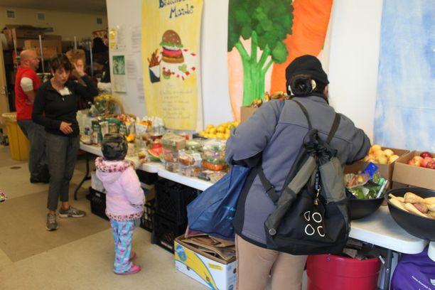 Keskus saa lahjoituksena ruokatarvikkeita useista kaupoista, ja keskuksen tukemat asiakkaat voivat hakea kaksi kassillista ruokaa kerran viikossa.