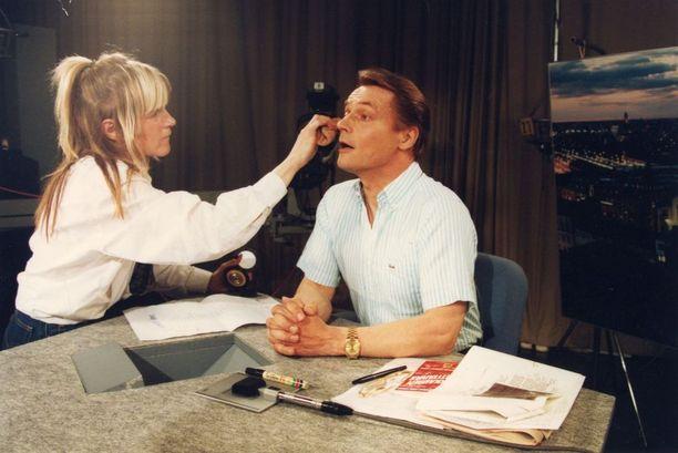 Timo T.A. Mikkonen oli suomalaisen tv-viihteen edelläkävijä. Kuva vuodelta 1994.