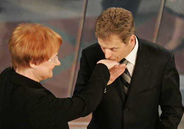 Tähän suudelmaan päättyi presidentinvaali vuonna 2006.