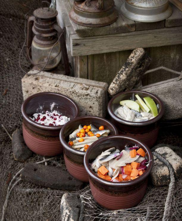 Silakkareseptejä on helppo muunnella: ensin silakat aina marinoidaan, sitten ne laitetaan mieleiseen mausteliemeen muhimaan.