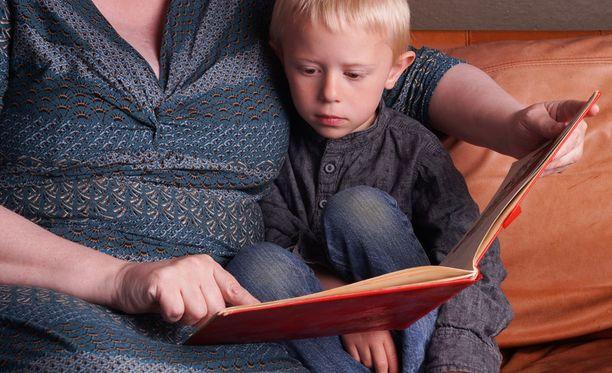 Lapset voivat opetella tunnistamaan eläimiä esimerkiksi kuvakirjojen avulla.