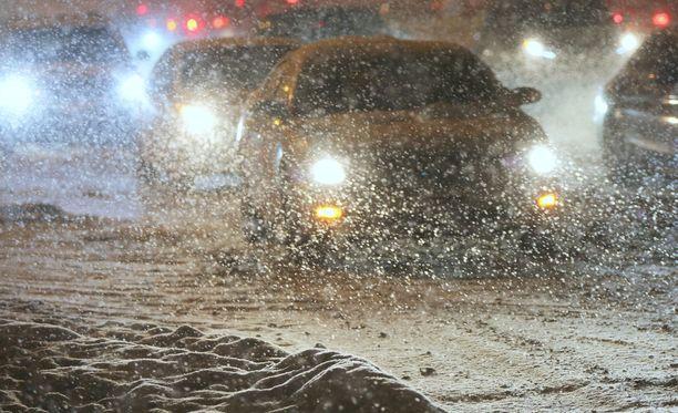 Jäätyneet ja lumiset tienpinnat ovat aiheuttaneet ongelmia monin paikoin.