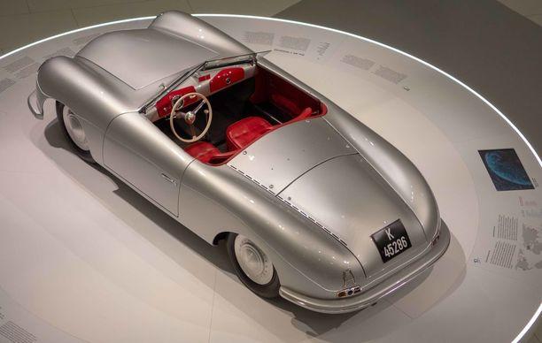 Porsche 356/1 Roadster on merkin ensimmäinen ja alkuperäinen, käsin tehty malli. Varsinaisessa 356/2-sarjatuotantoautossa moottoria oli mm. viety taaksepäin antaakseen lisää sisätilaa. Kaupallisen version ensimmäinen ostaja oli sveitsitär Jolanda Tschudi, joka osti sen vuoden 1949 alussa.