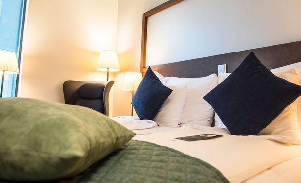 Toisen hotellitornin värimaailma on sininen ja suomalainen, toinen on sisustettu tummemmin ja kansainvälisemmin värein.