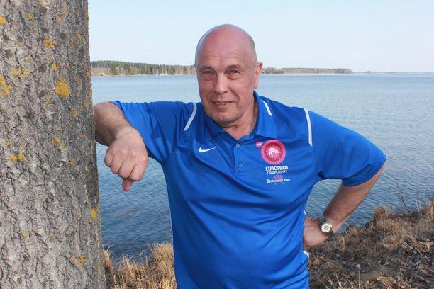 Jouko Kyröläinen nauttii Lappajärven rauhasta, sillä mies on paiskinut töitä noin kuudessakymmenessä maassa neljällä mantereella.