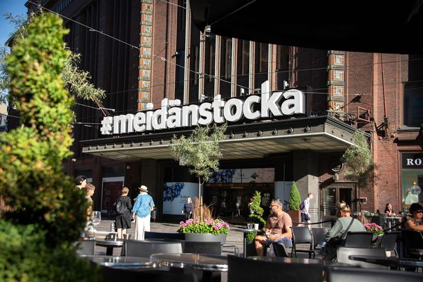 Legendaariseen Helsingin Stockmannin pääsisäänkäynnin ylle ilmestyi kesällä uusi nimikyltti #meidänstocka.