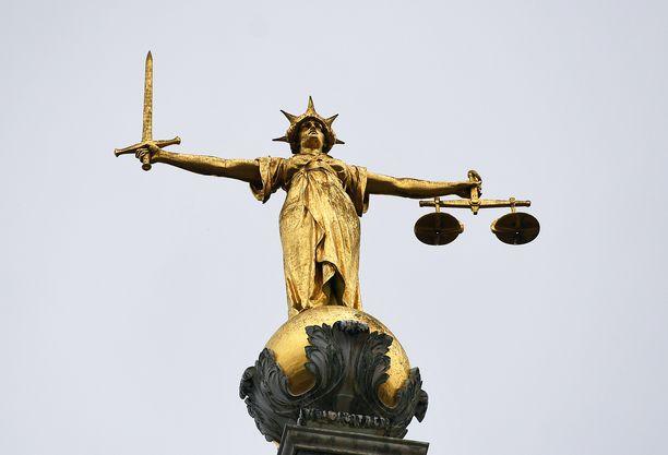 Oikeutta kuvaava patsas Lontoossa. (Kuvituskuva)