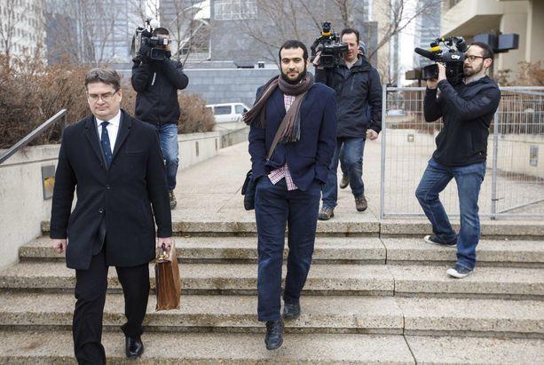 Omar Khadr ja hänen asianajajansa Nathan Whitling poistumassa oikeudesta Edmontonissa 25.3.2019.
