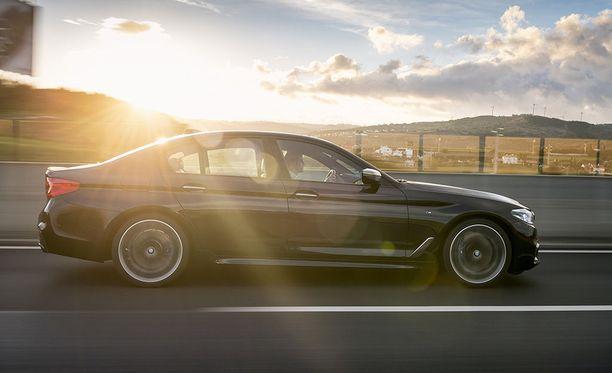 M Performance -malli on 10 millimetriä tavallista 5-sarjan autoa matalampi.