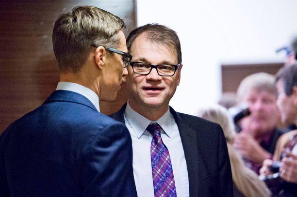 Valtiovarainministeri Alexander Stubb (kok) ja pääministeri Juha Sipilä (kesk) joutuvat nyt arvioimaan, onko lupailtuihin veronkevennyksiin varaa.