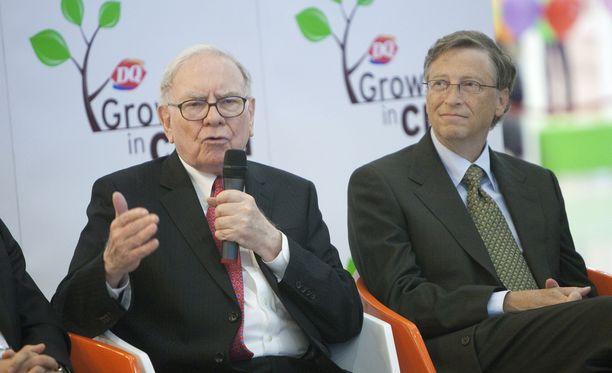 Warren Buffet (vas.) ja Bill Gates eivät jää puille paljaille, vaikka lahjoittavat omaisuudestaan puolet pois.