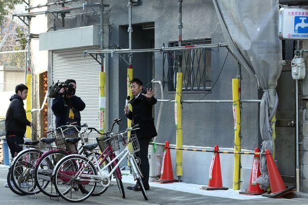 Paikallinen tv-yhtiö raportoi Osakassa asunnon edessä, josta naisen irtopää löytyi.