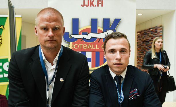 JJK:n kapteeni Tommi Karilla ja päävalmentaja Juha Pasojalla (vas.) oli miettimistä kauden avausottelun jälkeen.