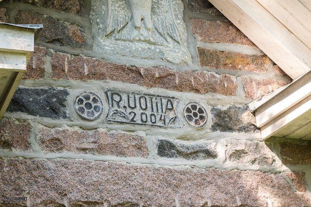 Talon oven yläpuolella on kaiverrettu kotka, R.Uotila ja vuosi 2004.