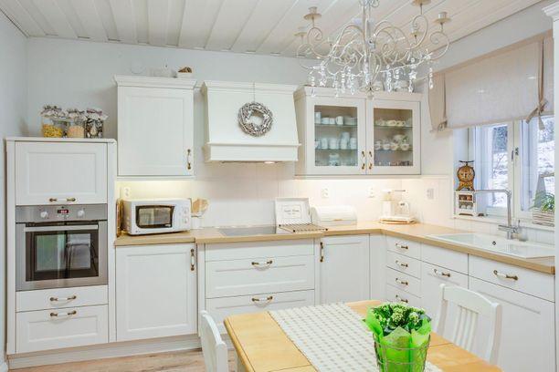 Keittiössä on hieman maalaisromanttisia viitteitä. Olohuone sen sijaan on aivan toista maata!