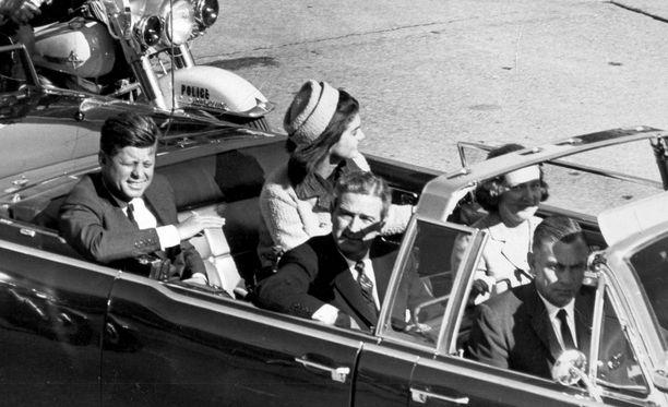 Presidentti John F. Kennedy matkusti avoautolla Dallasissa, kun hänet ammuttiin.
