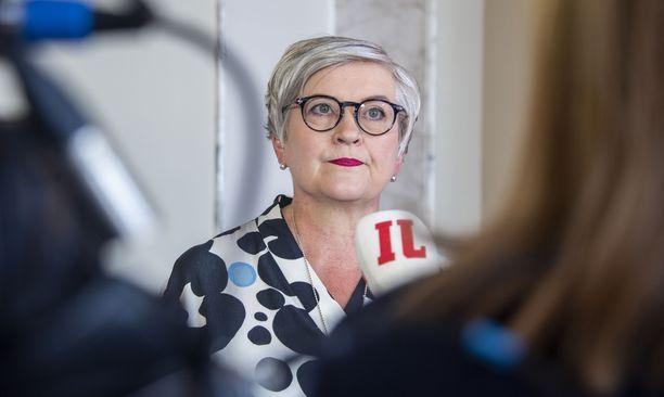 Puhemies Anu Vehviläinen sanoo, ettei näe perusteita käsitellä kansliatoimikunnassa Yli-Viikarin määräaikaista virasta pidättämistä rikostutkinnan johdosta.