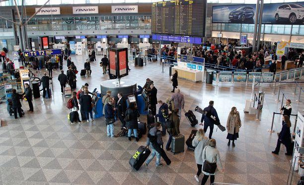 Lentojen perumiset koskivat päivän aikana kaikkiaan noin 8000:ta matkustajaa.