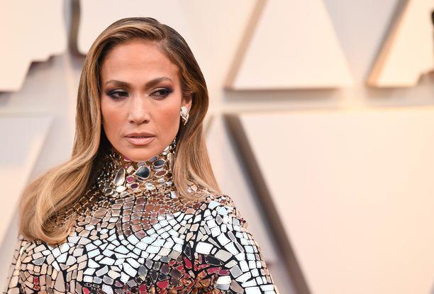 Jennifer Lopez kuului Oscar-gaalan kuningattariin hopeisessa iltapuvussaan. Asu myötäili täysin laulajan kehoa.