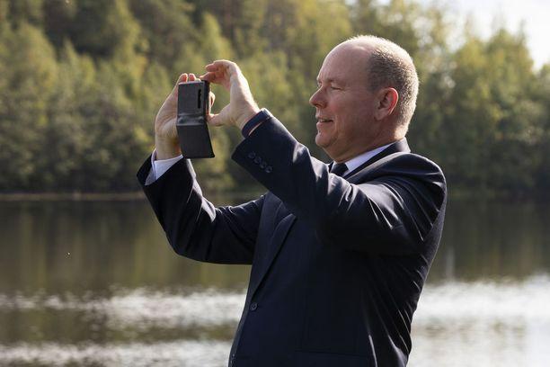 Monacon ruhtinas Albert räpsi kännykällään valokuvia Oulujoen varrelta.