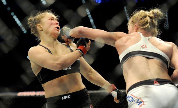 Holm tyrmäsi Ronda Rouseyn Melbournessa 15. lokakuuta.