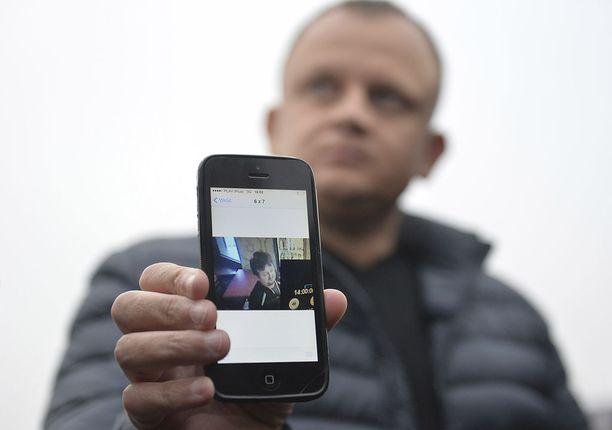 Ariel Zurawski esitteli Lukasz Urbanin kuvaa. Miehet ovat serkuksia.