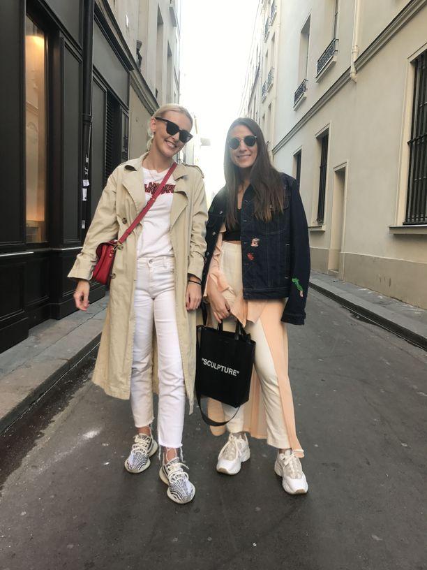 Valkoiset farkut ovat ykkösvalinta Pariisin kaduilla.